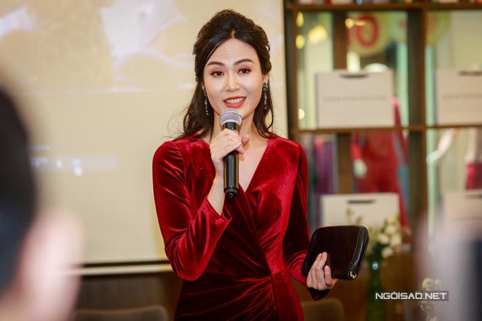 Hoa hậu Thu Thủy tay xách nách mang khi đi event - 2