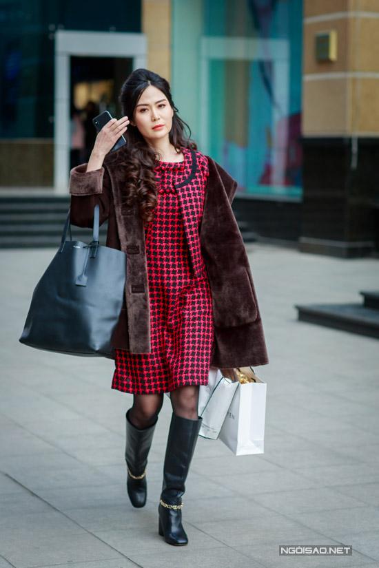 Hoa hậu Thu Thủy tay xách nách mang khi đi event - 4