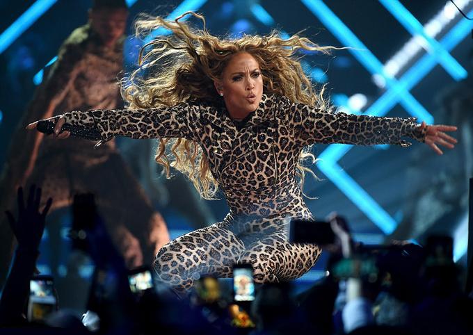 J.Lo đã cống hiến cho khán giả những bản hit mới nhất của cô cùng những vũ đạo cuồng nhiệt nhất.