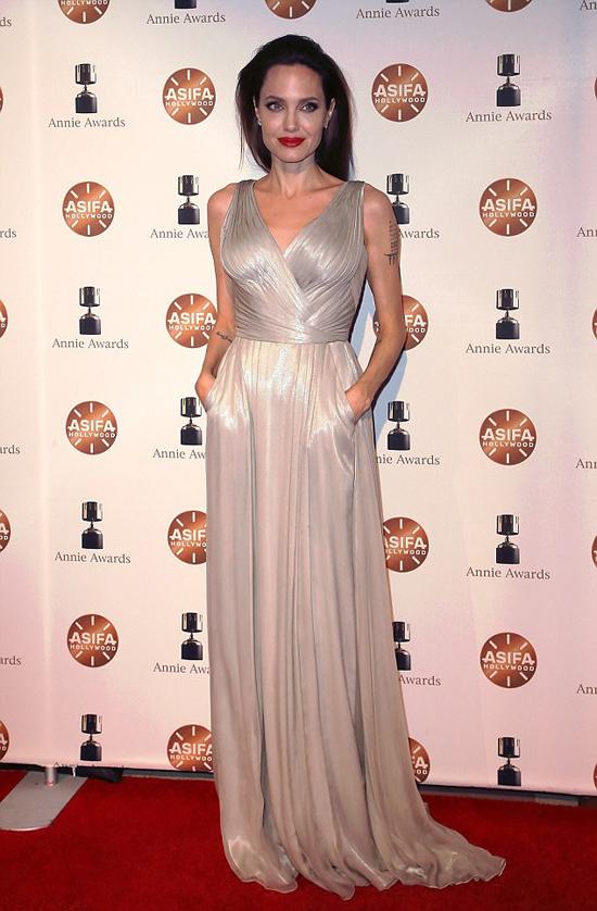 Angelina Jolie gây chú ý tại Annie Awards - giải thưởng thường niên cho phim hoạt hình, do Hiệp hội phim hoạt hình quốc tế tại Hollywood (ASIFA - Hollywood) tổ chức.