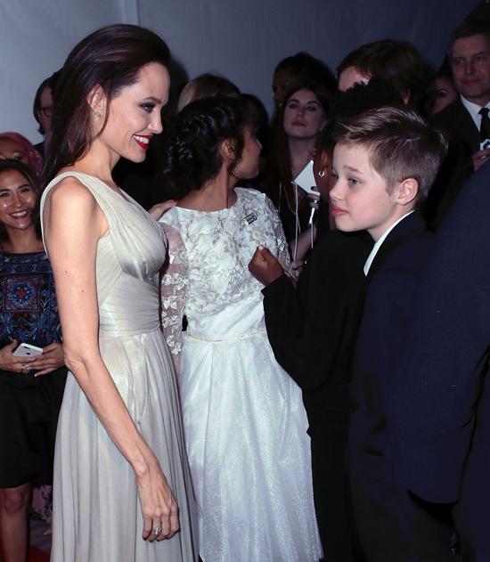 Jolie trìu mến ngắm cô con gái tomboy Shiloh.