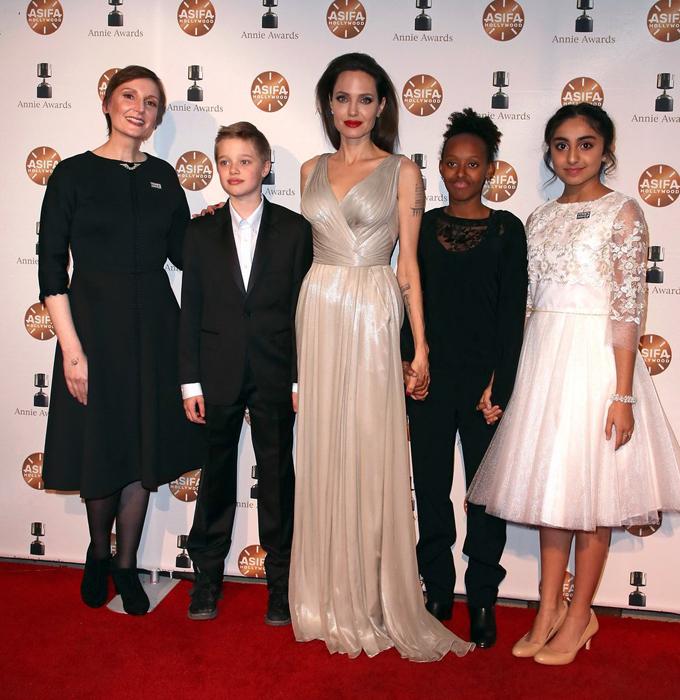 Tại lễ trao giải Annie Awards, Jolie nhận giải Phim hoạt hình xuất sắc với tác phẩm The Breadwinner. Nữ minh tinh là nhà sản xuất của bộ phim hoạt hình này.