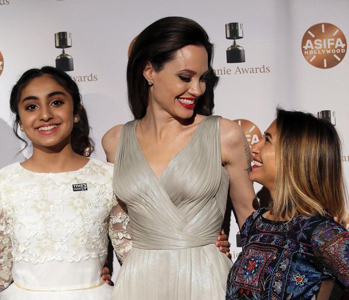 Jolie chia sẻ niềm vui cùng các diễn viên lồng tiếng trong phim.