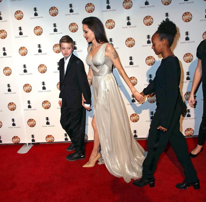 Hai cô con gái của Jolie là Shiloh và Zahara đến tham dự cùng mẹ.