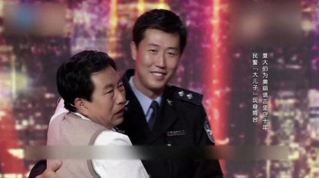 Ông Zhanhai xúc động bên người con trai của mình.