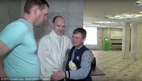 Andrey ôm cảm ơn những người cứu hộ trong bệnh viện.