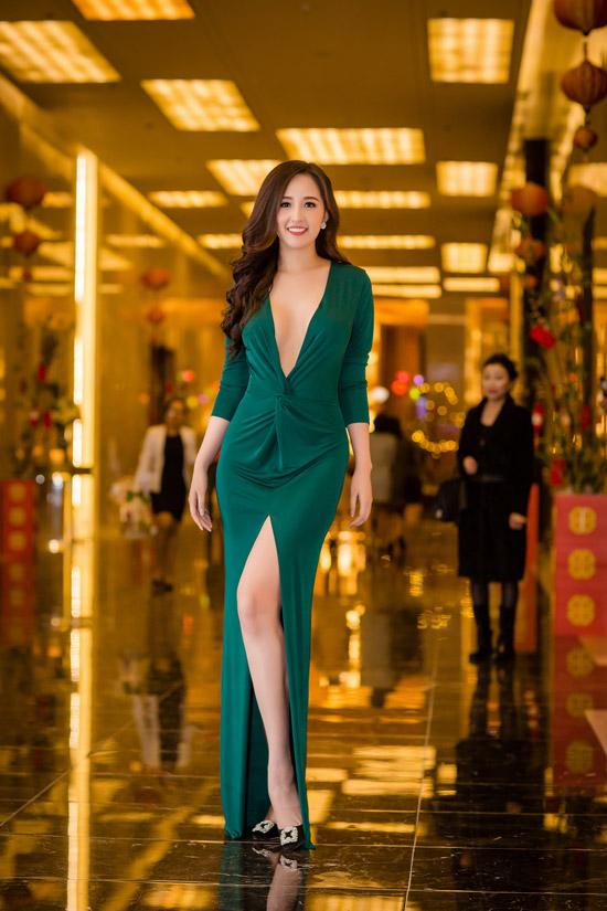 Xuất hiện trong bữa tiệc vào tối qua (4/2) tại một khách sạn 5 sao của Hà Nội, Mai Phương Thúy trở thành tâm điểm của hàng chục ống kính. Giữa trời đônglạnh 10 độ C, cô vẫn khoe da thịt trong váy xẻ táo bạo ở phần ngực và chân.