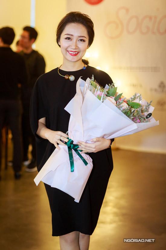 Hoa hậu Thu Thủy tay xách nách mang khi đi event - 10