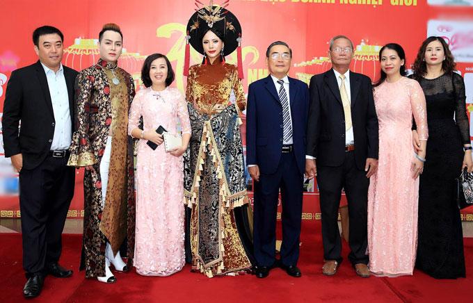 Á hậu chụp ảnh cùng các khách mời tại sự kiện. Photo: Vũ Nguyễn  Makeup: Đăng Minh Costume: Trang phục áo dài NTK Nguyễn Dũng