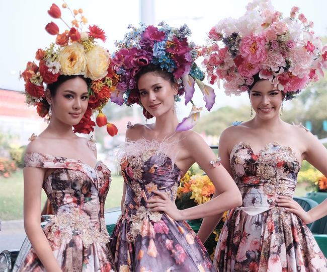 Ba mỹ nhân Thái Lan: Á hậu Hoàn vũ 2017 Supaporn RitthipreukHoa hậu Hoàn vũ 2017Maria Poonlertlarp, Hoa hậu trái đất 2017Paweensuda Drouin vàđọ sắc gợi cảm tại Lễ hội Hoa Chiang Mai. Các cô gái đội trên đầu những vòng hoa lớn sặc sỡ, trang phục cũng điểm sắc yêu kiều.
