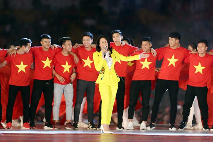Chiều 4/2, Mỹ Tâm là khách mờitrong buổi lễ mừng công của đội U23 Việt Namtại sân Thống Nhất, TP HCM. Cô khuấy động không khí buổi lễbằng bài hát quen thuộc Niềm tin chiến thắng.