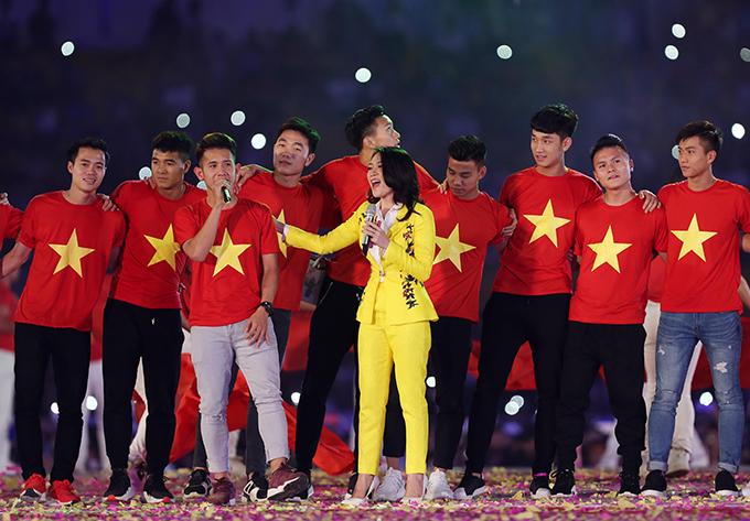 Hồng Duy được cầm micro hát chung với nữ ca sĩ anh yêu thích. Hồng Duy được các fan đặt cho biệt danh là Duy Pinky. Ngoài đá bóng, anh còn bán mỹ phẩm online.