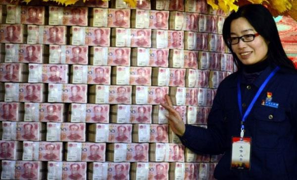 Cả bức tường tiền mặt được xếp ngay ngắn để thưởng cho nhân viên. Ảnh: SCMP