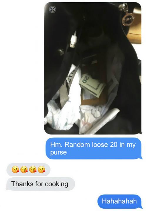 Khi cô con gái nói bâng quơ rằng tự nhiên có một tờ 20 USD ở trong túi của cô, ông bố đã gửi lại cho cô nhiều biểu tượng nụ hôn và lời nhắn: Cảm ơn vì bữa ăn.