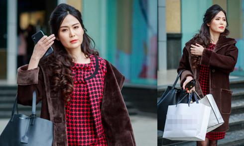 Hoa hậu Thu Thủy 'tay xách nách mang' khi đi giao lưu