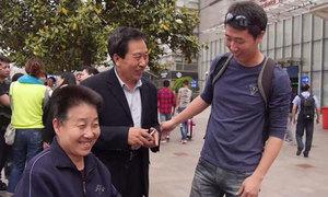 Chàng cảnh sát 5 năm đóng giả con trai quá cố của cặp vợ chồng già