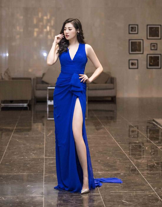 Á hậu Tú Anh cũng táo bạo khoe chân dài và làn da trắng ngần với váy xanh xẻ cao quá đùi.