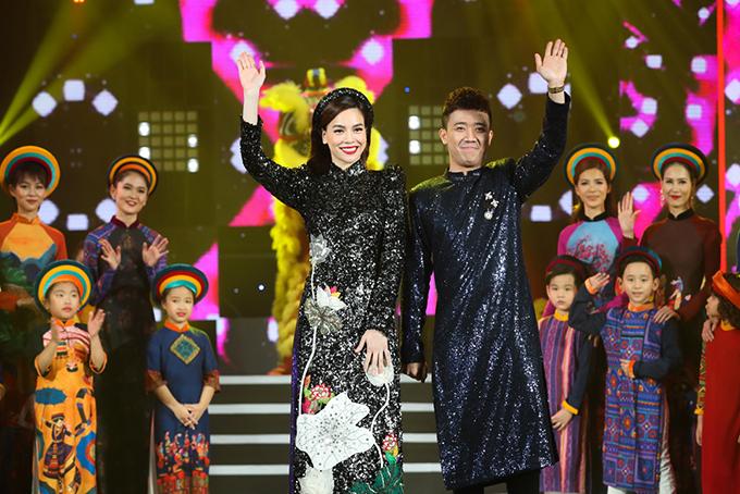 Trong cuốn thứ 11 của chương trình Gala nhạc Việt, Hồ Ngọc Hà tiếp tục sóng đôi Trấn Thành dẫn chương trình. Họ đã có hơn 5 năm đồng hành cùng nhau trong vai trò này.