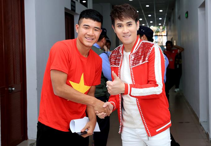 Nguyên Vũ là khách mời biểu diễn tạibuổi giao lưu giữa đội tuyển U23 Việt Nam vàngười hâm mộ TP HCM. Trong hậu trường, anh có dịp chào hỏi, bắt tay với các cầu thủ nổi tiếng. Tiền đạoHà Đức Chinh ngoài đời rất thân thiện, hài hước.
