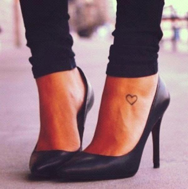 Các nàng thường xuyên đi giày cao gót có thể chọn cách khoe khéo hình xăm ở mu bàn chân.