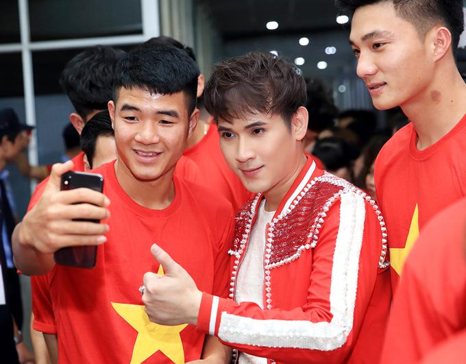 Cầu thủ quê Phú Thọ chụp ảnh tự sướng với Nguyên Vũ và thủ môn Nguyễn Văn Hoàng.