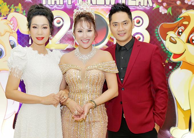 Á hậu Trịnh Kim Chi và diễn viên Minh Luân là những đồng nghiệp thân thiết với Phi Thanh Vân. Các nghệ sĩ rất mừng vì nàng Phương Trinh đã lấy lại cân bằng sau loạt sóng gió, tươi tỉnh tiếp đón bạn bè.