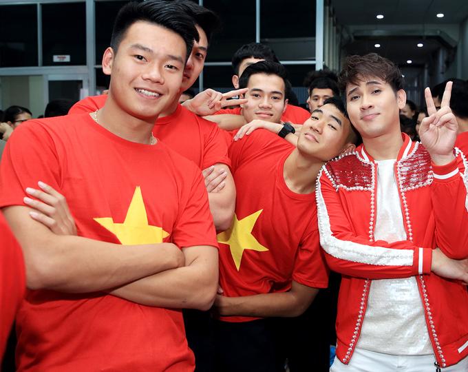 Khi chụp ảnh nhóm với Nguyễn Văn Toàn, Thành Chung, Nguyễn Văn Hoàng và Nguyên Vũ,Đức Chinh làm điệu bộ nũng nịu, ngả đầu lên vai nam ca sĩ sinh năm 1975. Đội trưởng Xuân Trường từng tiết lộ, Hà Đức Chinh là thành viên lầy lội nhất trong đội.