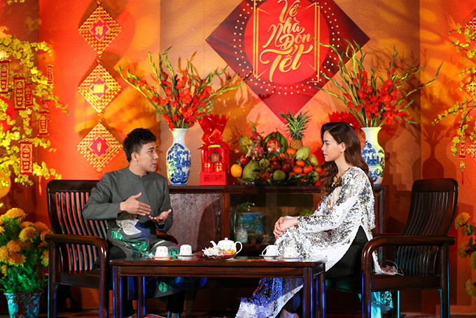 Không đơn thuần chỉ là dẫn dắt tiết mục, Trấn Thành và Hồ Ngọc Hà còn tìm hiểu rất nhiều về phong tục ngày Tết để kể cho khán giả nghe.