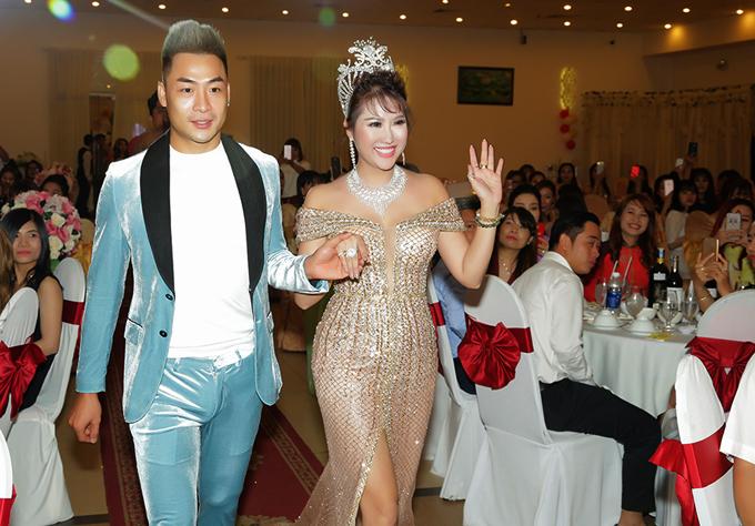 Ca sĩ Phạm Thành tháp tùng Phi Thanh Vân lên sân khấu.