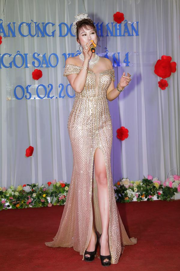 Nữ diễn viên tự tin khoe đường cong sexy trong bộ cánh xẻ vạt, bó sát.