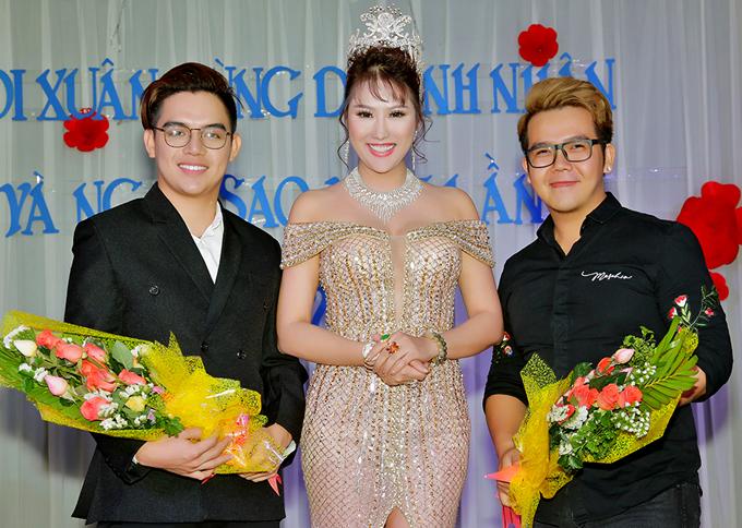 Hai nhà thiết kế Brian Võ (trái) và Minh Châu là tác giả hai bộ trang phục Phi Thanh Vân mặc trong tiệc tất niên. Đây cũng là những cộng sự đã hỗ trợ nữ diễn viên trong cuộc thi Hoa hậu doanh nhân người Việt thế giới ở Mỹ.