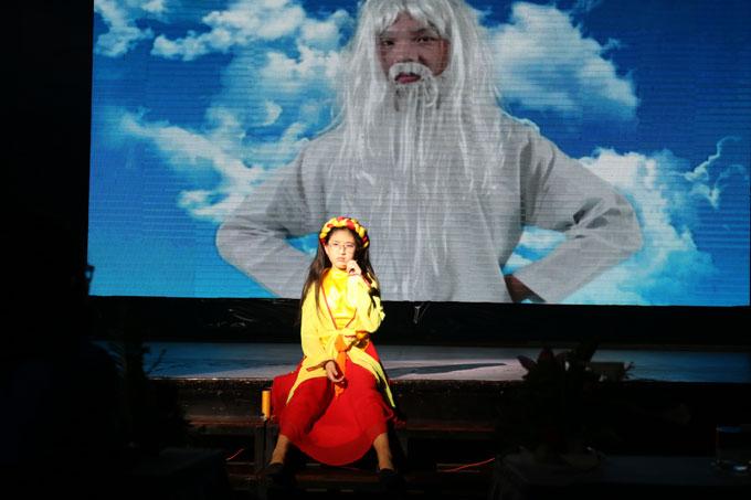 Bí Ngô, con gái út của NSND Hồng Vân, tham gia diễn kịch tại trường.