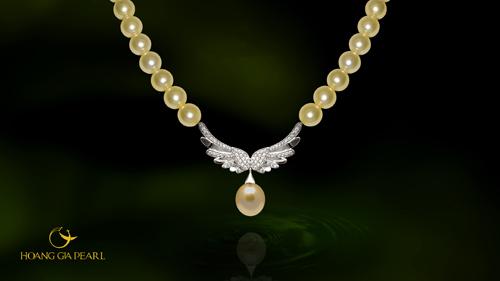 Chuỗi cổ với sắc ngọc vàng vương giả cùng hình tượng cánh hạc thanh thoát mang đến vẻ đẹp sang trọng và ý nghĩa phúc may cho chủ nhân.