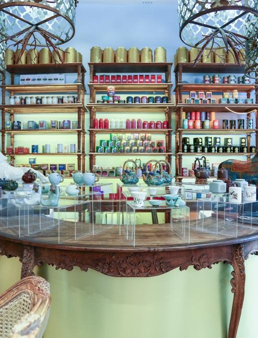 Với những ai yêu trà, thích khám phá và tìm hiểu các hương vị trà thượng hạng trên thế giới, thì menu trà hơn hàng trăm loại của Khanhcasa Tea House có thể nói chính là thư viện trà nổi bật.