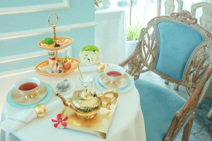Sự thanh lịch của việc thưởng trà còn thể hiện rõ nhất qua sự chăm chút của vật dụng dùng cho trà chiều: Từ bình trà hoàng gia, khay bánh kiểu cách cho đến bộ tách sứ sang trọng&.