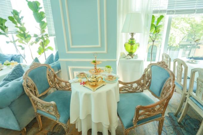 Điểm đặc biệt đầu tiên của Khanhcasa Tea House chính là không gian được thiết kế theo phong cách Tân Cổ Điển vô cùng nổi bật và sang trọng theo tông màu xanh thiên thanh dịu mắt.