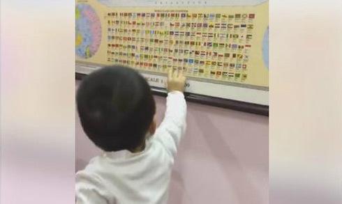 Cậu bé hai tuổi rưỡi thuộc làu tên nhiều quốc kỳ trên thế giới
