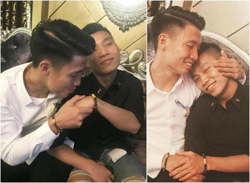 Bùi Tiến Dũng và Văn Thanh còn hài hước giả làm tình nhân khiến nhiều fan nữ thích thú.