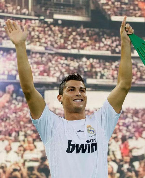 2. Chuyển đếnReal Madrid với hợp đồng kỷ lụcNăm2009, CR7 đếnLos Blancos với phí chuyển nhượng 80 triệu bảng, lương 10 triệu bảng một năm. 80.000 CĐV có mặt ở Bernabeu để chứng kiến màn ra mắt của tiền đạo Bồ Đào Nha.