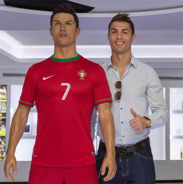 9. Khánh thành bảo tàngThe Museu CR7 trưng bày Cup, áo phông, tượng, huy chương và hàng loạt danh hiệu của C. Ronaldo. Bảo tàng nằm ởFunchal, Madeira được quản lý bởi anh traiHugo Aveiro.  Tại sân bay địa phương, một bức tượng của C. Ronaldo cũng được đặt ở vị trí trang trọng.