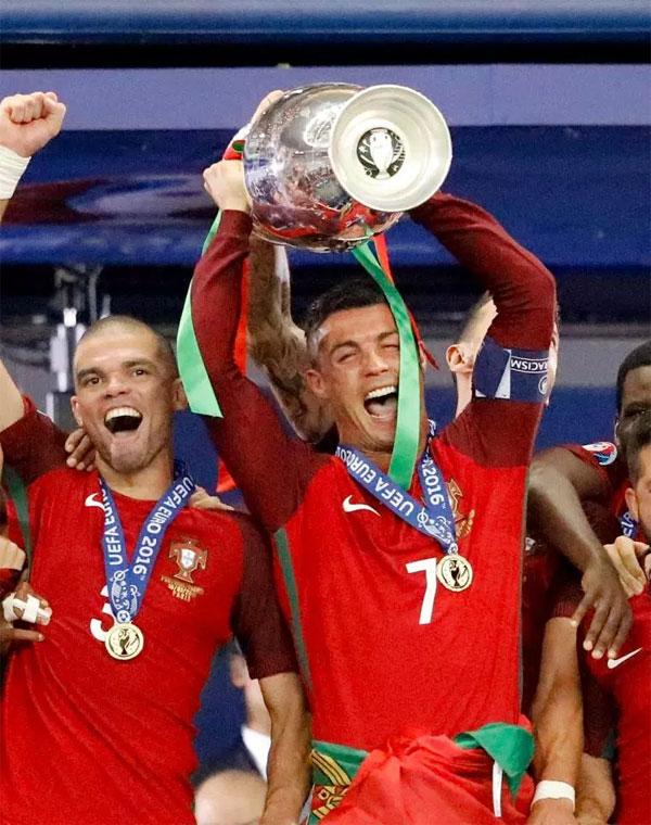 8. Trở thành đội trưởng tuyển Bồ Đào NhaĐeo băng thủ quân của đội tuyển quốc gia luôn là mơ ước của bất kỳ cầu thủ nào. C. Ronaldo nhận trọng trách khi mới 23 tuổi, vào tháng 7/2008. Anh có147 lần khoác áo, ghi 79 bàn thắng - những con số kỷ lục của đội bóng bán đảo Iberia.