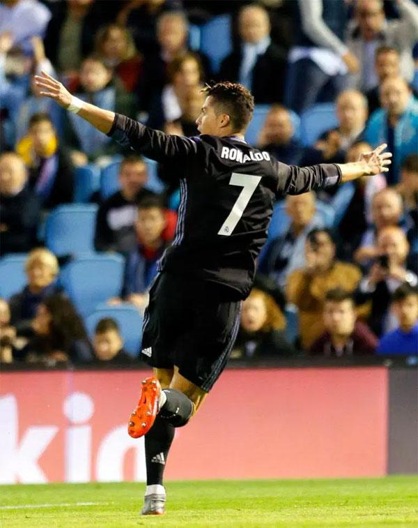 6. Trở thành người ghi nhiều bàn thắng nhất ở 5 giải hàng đầu châu ÂuMùa trước trong trận đấu với Celta Vigo, C. Ronaldo xô đổ kỷ lục của Jimmy Greaves - người có 366 pha lập công ở các giải đấu tại châu Âu. CR7 vượt qua thành tích từng tồn tại46 năm.