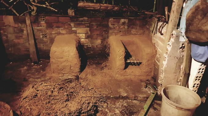Ngôi nhà của Kiệt và những người bạn được dựng lên đơn giản với những bức tường gạch bao xung quanh, mái nhà lợp lá cọ và vật dụng chủ yếu được làm từ gốm, gỗ, tre...