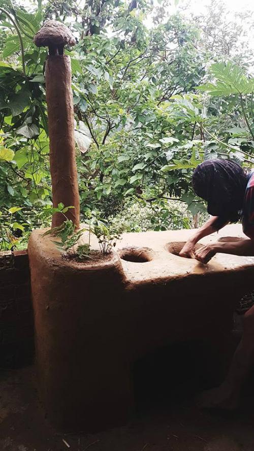 Nhược điểm duy nhất mà Lê Kiệt nhận thấy cho đến lúc này là trọng lượng của bếp khá nặng, khoảng 300 kg. Do vậy, sau khi đắp xong, bếp khó được dịch chuyển sang chỗ khác mà để phơi khô tự nhiên trong vài tuần.