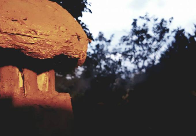 Khói sẽ theo đường ống khói đi ra ngoài thay vì phả vào mặt người đun như loại bếp truyền thống.