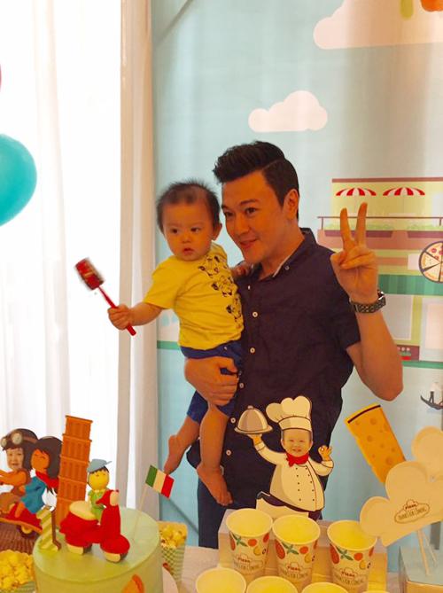 Con trai đầu lòng của Tuấn Tú rất quấn bác Phan Anh.