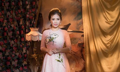 Dương Hoàng Yến diện áo dài cách tân cùng chân váy xòe
