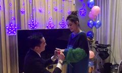 Khoảnh khắc lãng mạn Chung Hân Đồng được người yêu quỳ gối cầu hôn