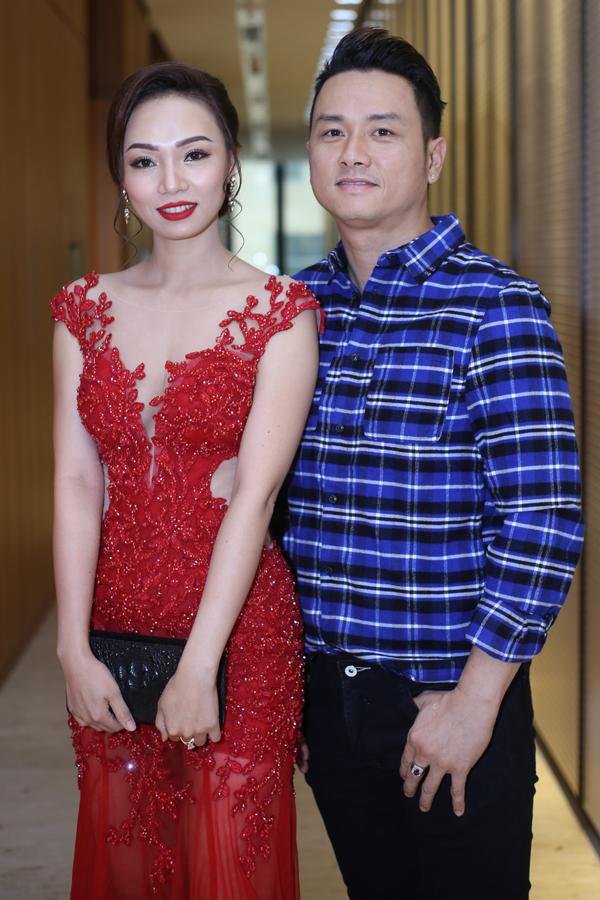 Anh vui vẻ chụp ảnh cùng người đẹp Mai Thị Ái Thi từng thiHoa hậu các dân tộc Việt Nam.