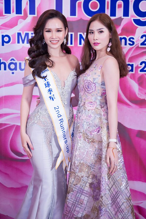 Á hậu sắc đẹp châu Á 2017 Hoàng Hạnh tới chúc mừng cô bạn đoạt thành tích cao tại cuộc thi nhan sắc tổ chức ở Trung Quốc.